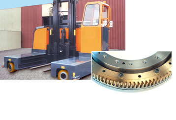 Side loader with the steering gears of the Slew Drives; the high operating time requires the use of bronze worm gears.